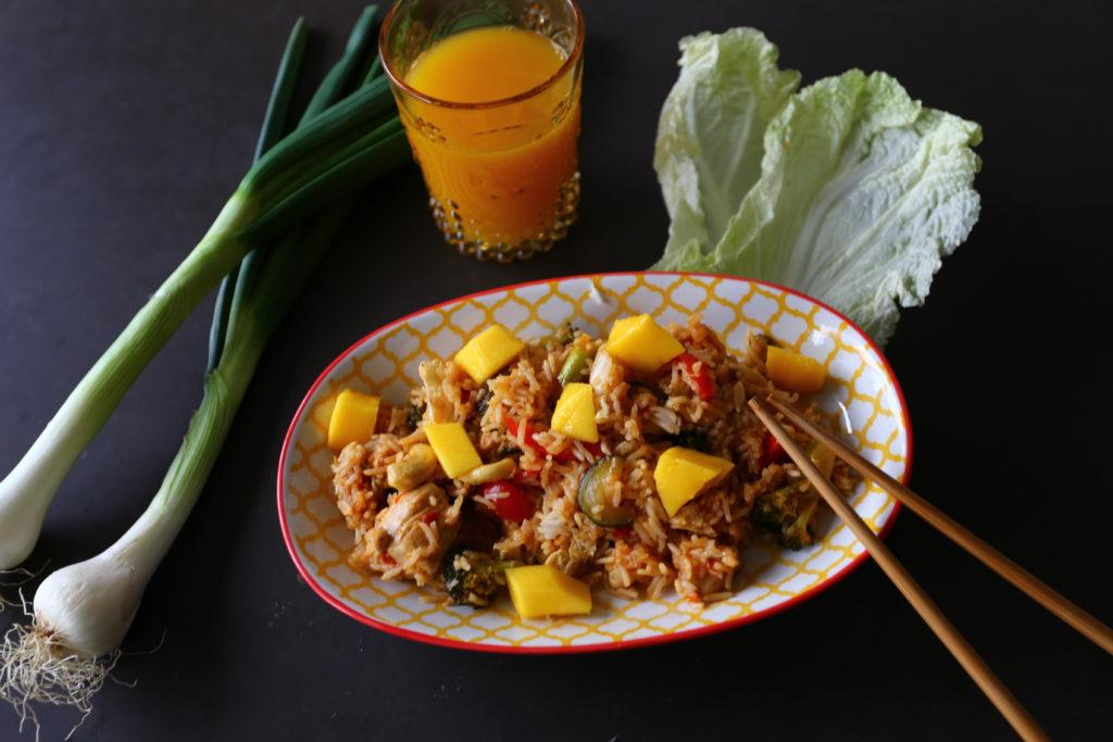 Chinesische Reispfanne mit Mangoschnitzen